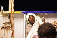 """HANDOUT - 24.06.2018, Mittelmeer: Flüchtlinge  auf dem Rettungsschiff """"Lifeline"""" der Hilfsorganisation Mission Lifeline. Abgeordnete von Grünen und Linken sind nach Angaben ihrer Bundestagsfraktionen an Bord des im Mittelmeer blockierten deutschen Rettungsschiffs «Lifeline» gegangen. Foto: Felix Weiss/Mission Lifeline/dpa - ACHTUNG: Nur zur redaktionellen Verwendung im Zusammenhang mit der aktuellen Berichterstattung und nur mit vollständiger Nennung des vorstehenden Credits +++ dpa-Bildfunk +++"""