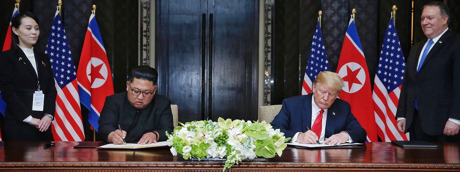 US-Präsident Donald Trump und der Machthaber von Nordkorea Kim Jong Un unterzeichnen eine gemeinsame Vereinbarung.