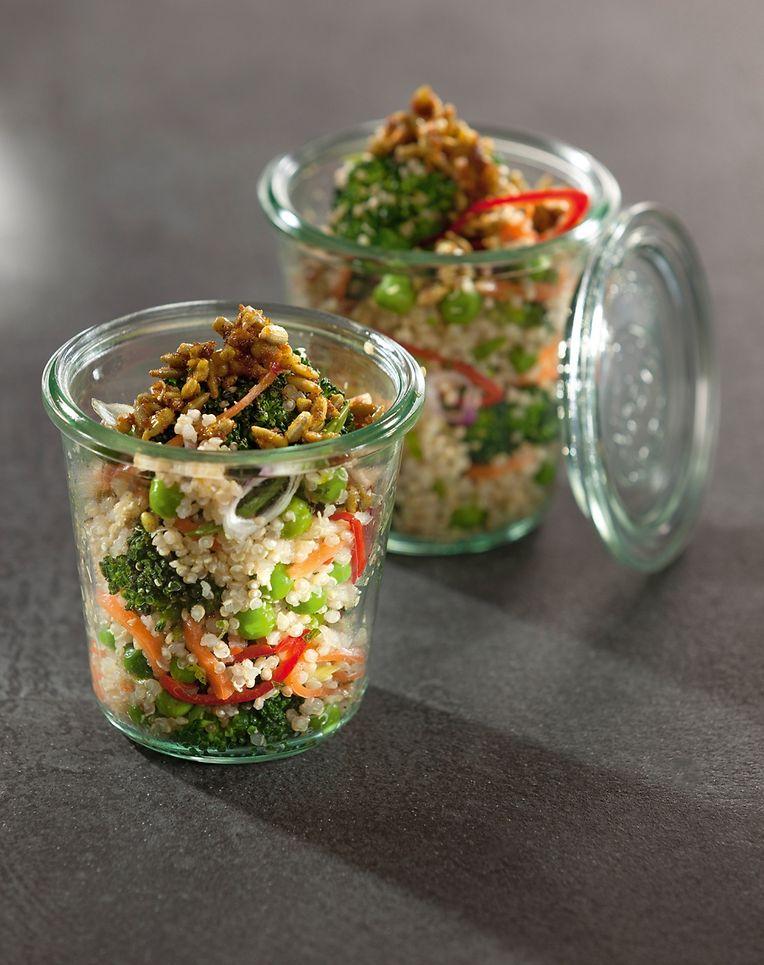 Superfoods lassen sich leicht in den täglichen Speiseplan einbauen - ein Salat mit Quinoa eignet sich zum Beispiel gut zum Mitnehmen ins Büro.