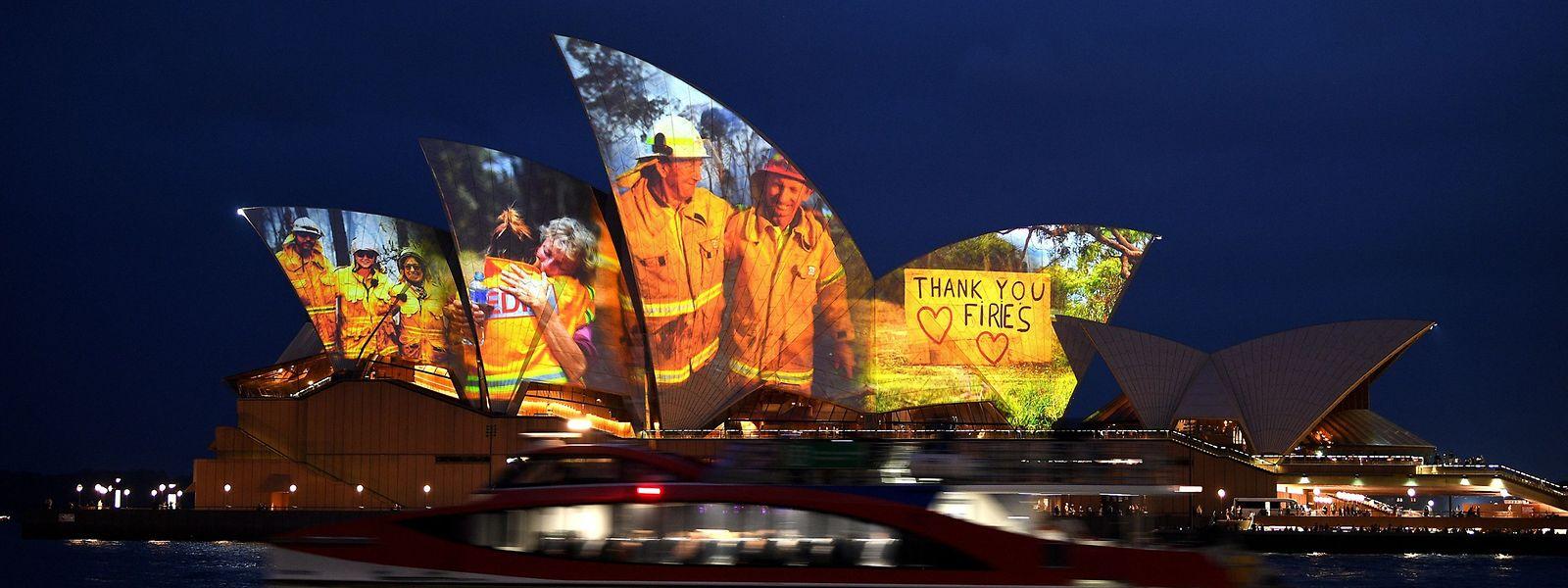 L'opéra de Sydney projette des images des pompiers australiens sur sa façade en guise d'hommage à leur engagement.