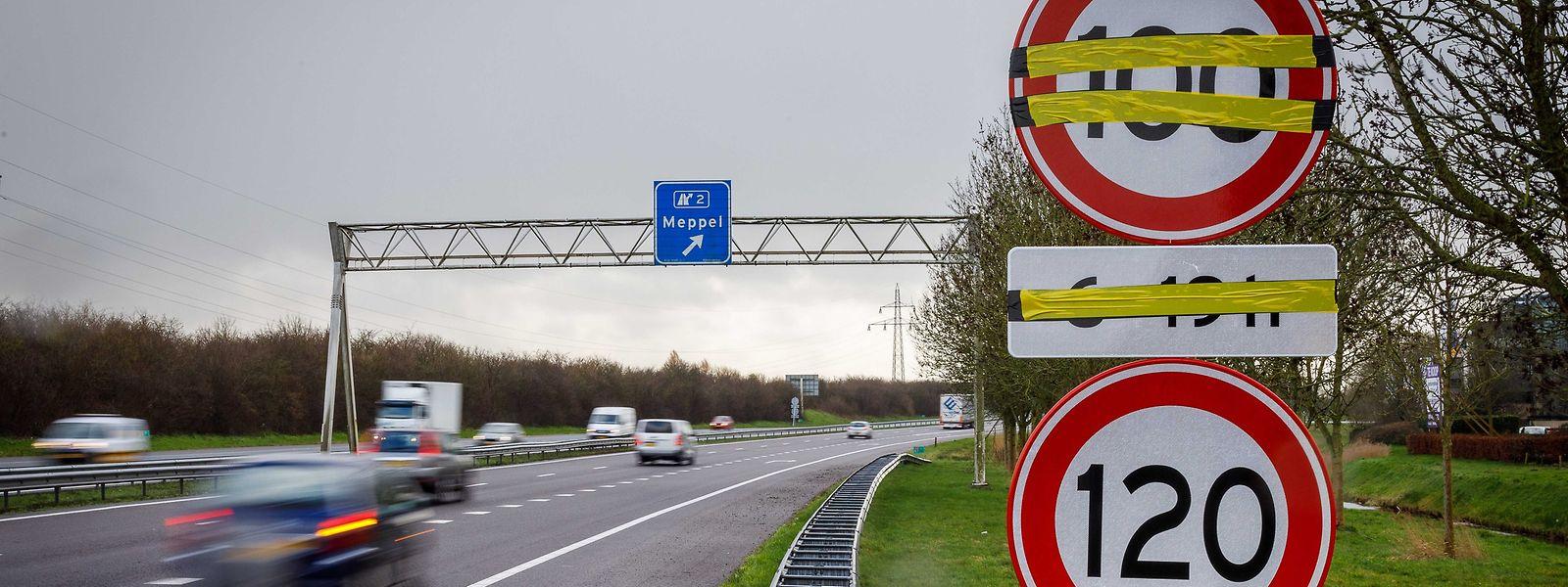 Ein Verkehrsschild mit Tempo 100 an einer Autobahn in Meppel (NL).