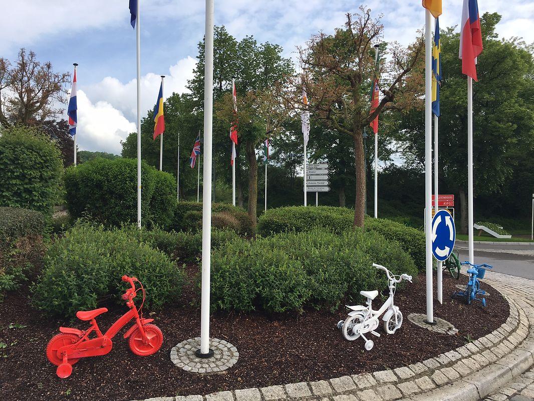 Räder in Rot, Weiß und Blau zieren den Kreisverkehr.