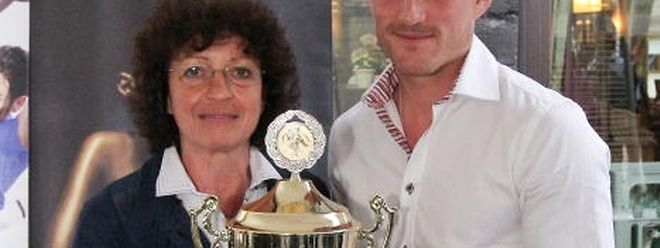 Aurélien Joachim, le lauréat de la saison 2011-2012, récompensé par Bea Greffrath.