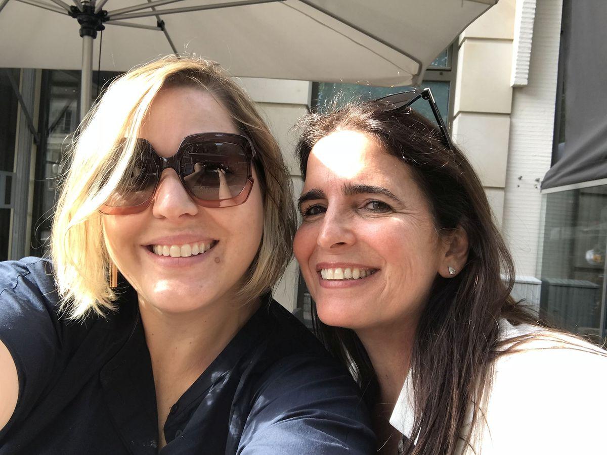 """A atriz brasileira Malu Mader veio ao Luxemburgo para pedir o passaporte luxemburguês e tirou uma 'selfie' com a """"prima"""" Flavia Bley."""