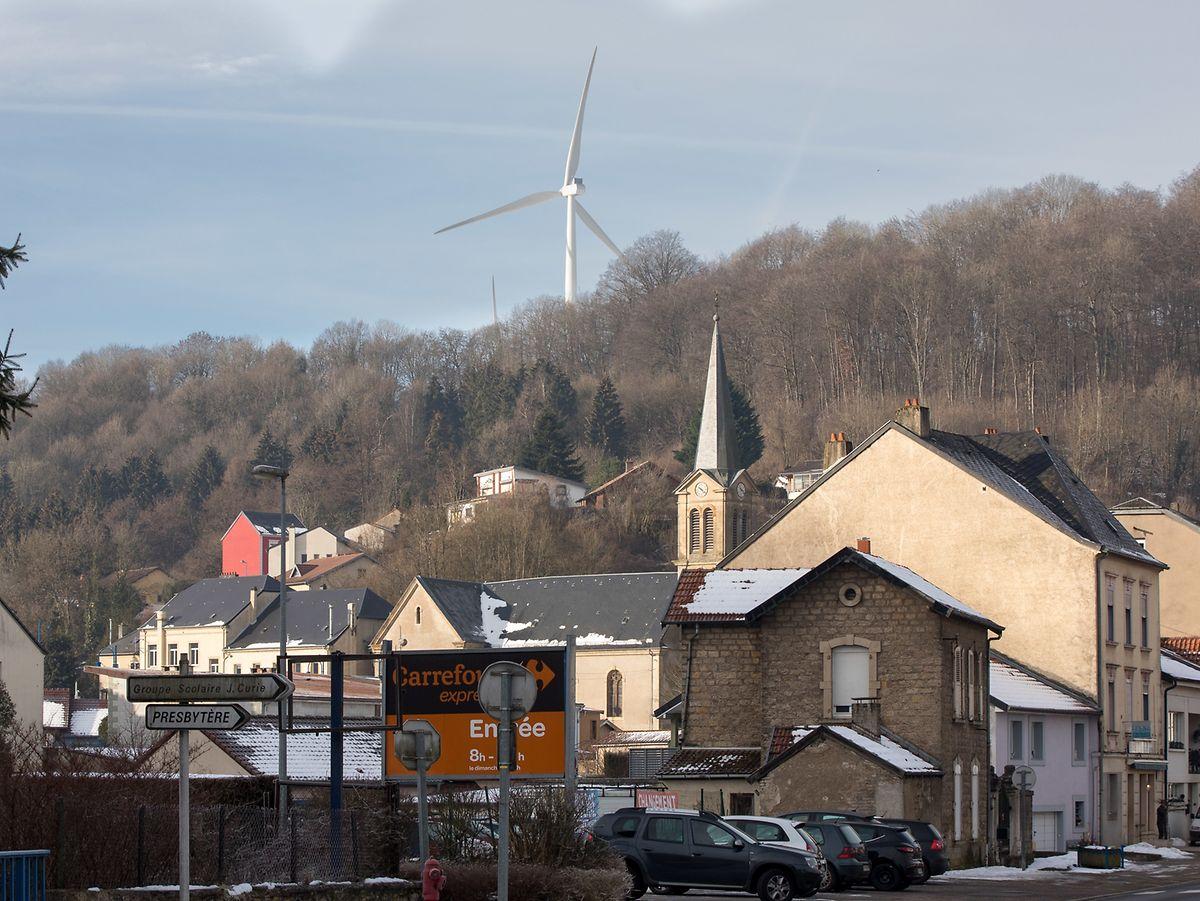 Désormais, les éoliennes s'élèvent sur un site au-dessus de la commune frontalière.