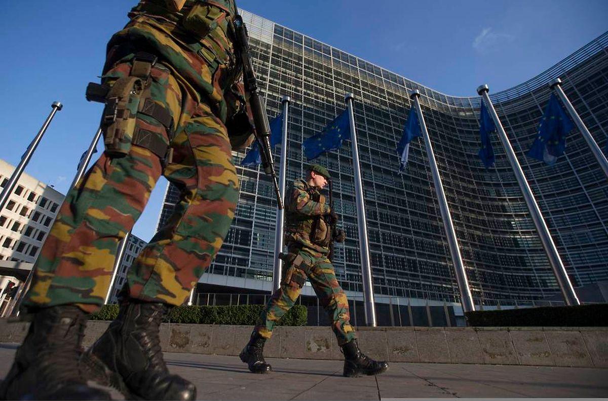 Auch vor Gebäuden der EU-Institutionen wie hier vor dem Sitz der Europäischen Kommission zeigt die belgische Armee verstärkt Präsenz.