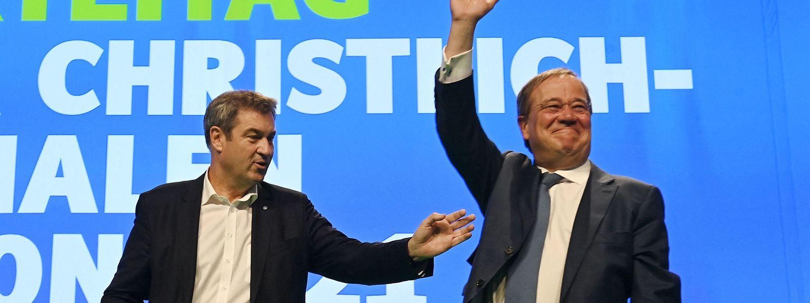 CSU-Chef Markus Söder (links) hat seine Parteifreunde aufgerufen, Laschet freundlich zu begrüßen - und das tun sie mit stehenden Ovationen.