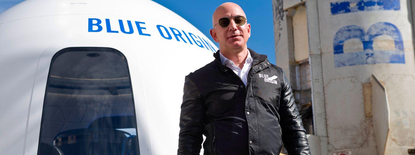 Milliardär Jeff Bezos vor einer Blue-Origin-Weltraumkapsel.