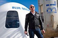 ARCHIV - 05.04.2017, USA, Colorado Springs: Der Milliardär Jeff Bezos steht vor einer Weltraumkapsel auf dem Space Symposium in Colorado Springs. Bezos und drei weitere Passagiere wollen am Morgen des 20. Juli an Bord der New-Shepard-Rakete seiner Firma Blue Origin zum Rand des Weltraums starten. Foto: Chuck Bigger/Space Symposium via ZUMA Wire/dpa +++ dpa-Bildfunk +++