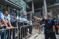 21.06.2019, China, Hongkong: Ein Demonstrant zeigt auf Polizisten vor dem Polizeipräsidium. Einige Tausend Demonstrantensind am Freitag auf die Straßen Hongkongszurückgekehrt, um gegen ein umstrittenes Auslieferungsgesetzzu protestieren. Die Protestler blockierten mehrere Straßen vor demHongkonger Regierungssitz. Auch versammelten sich vor dem Hauptquartier der Hongkonger Polizei. Foto: Geovien So/SOPA Images via ZUMA Wire/dpa +++ dpa-Bildfunk +++