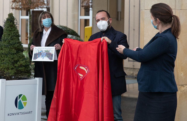Angehörige der Bewohner überreichten den Verantwortlichen ein symbolische Superhelden-Cape und Dankeskarten für das Personal