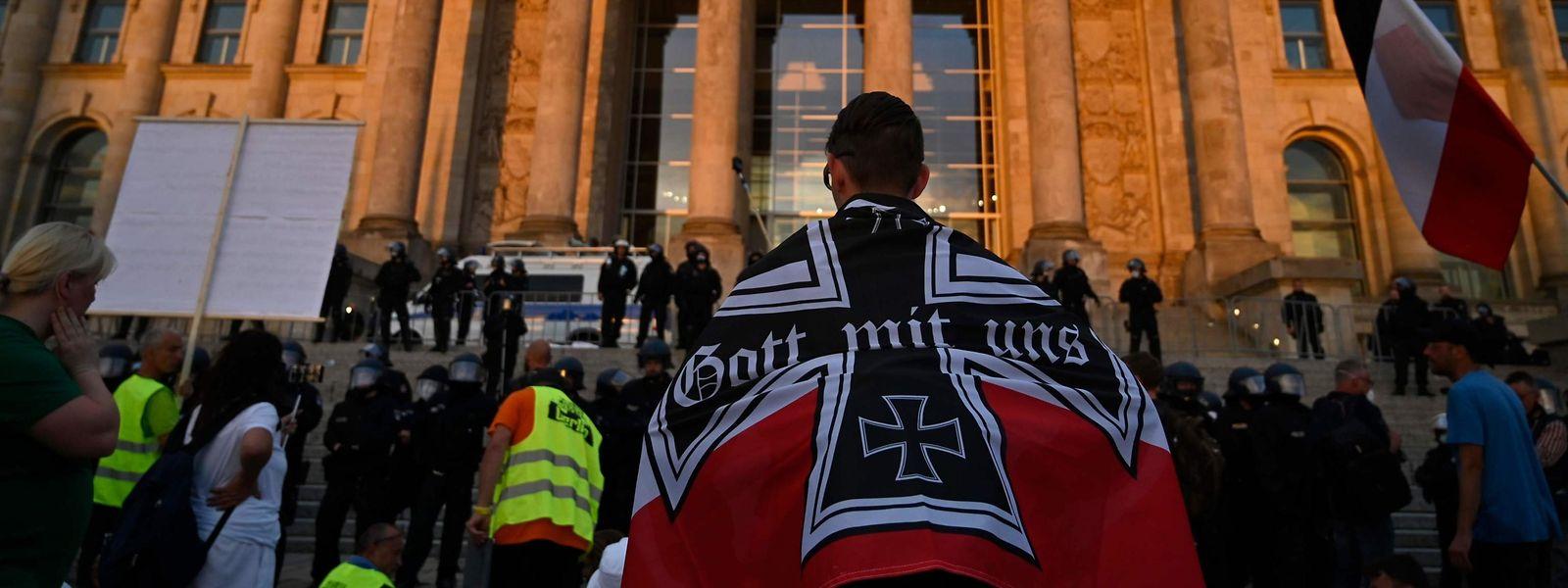 Ein Demonstrant mit Reichsflagge vor dem Reichstag.