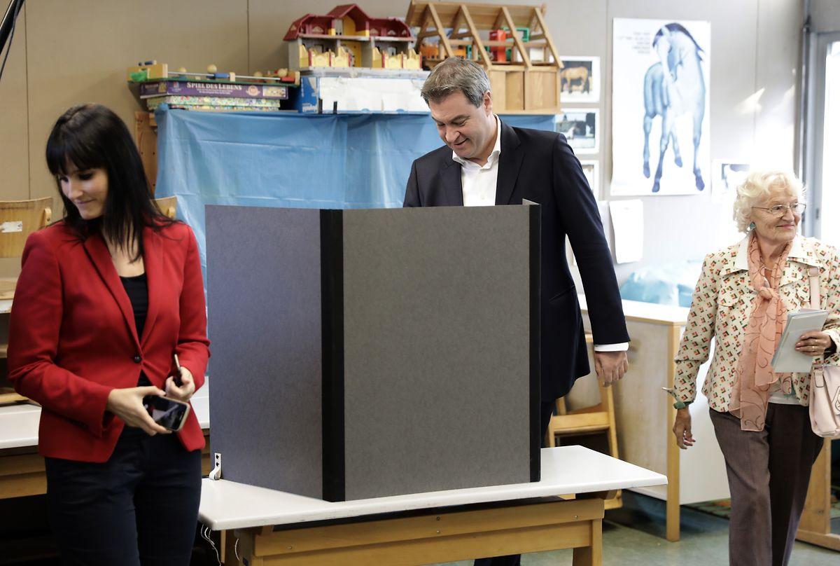 Der bayrische Ministerpräsident Markus Söder (CSU) gibt seine Stimme zur Landtagswahl in Bayern ab. Seiner Partei drohen am Sonntag heftige Verluste.