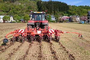 Bauer Traktor Feld Arbei (Foto: Marc Fiedler)