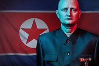 """HANDOUT - 13.10.2020, ---: Die undatierte, am 13.10.2020 vom dänischen Rundfunksender DR herausgegebene, Aufnahme aus der Dokumentation «Muldvarpen - Undercover i Nordkorea» (Der Maulwurf - Undercover in Nordkorea) zeigt den Protagonisten Ulrich Larsen vor einer Flagge von Nordkorea. Der dreiteilige Dokumentarfilm ist eine Koproduktion mit dem norwegischen Rundfunk NRK, dem schwedischen Sender SVT sowie der britischen BBC. (zu dpa """"Der Koch, der Nordkorea infiltrierte"""") Foto: Klaus Vedfelt, Wingman/DR/Muldvarpen/dpa - ACHTUNG: Nur zur redaktionellen Verwendung im Zusammenhang mit einer Berichterstattung über den Film und nur mit vollständiger Nennung des vorstehenden Credits +++ dpa-Bildfunk +++"""