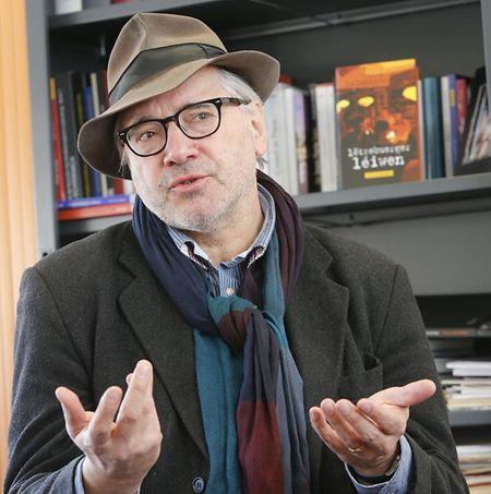 Nico Helminger studierte  Germanistik, Romanistik und Theaterwissenschaft in Luxemburg, Saarbrücken, Wien und Berlin