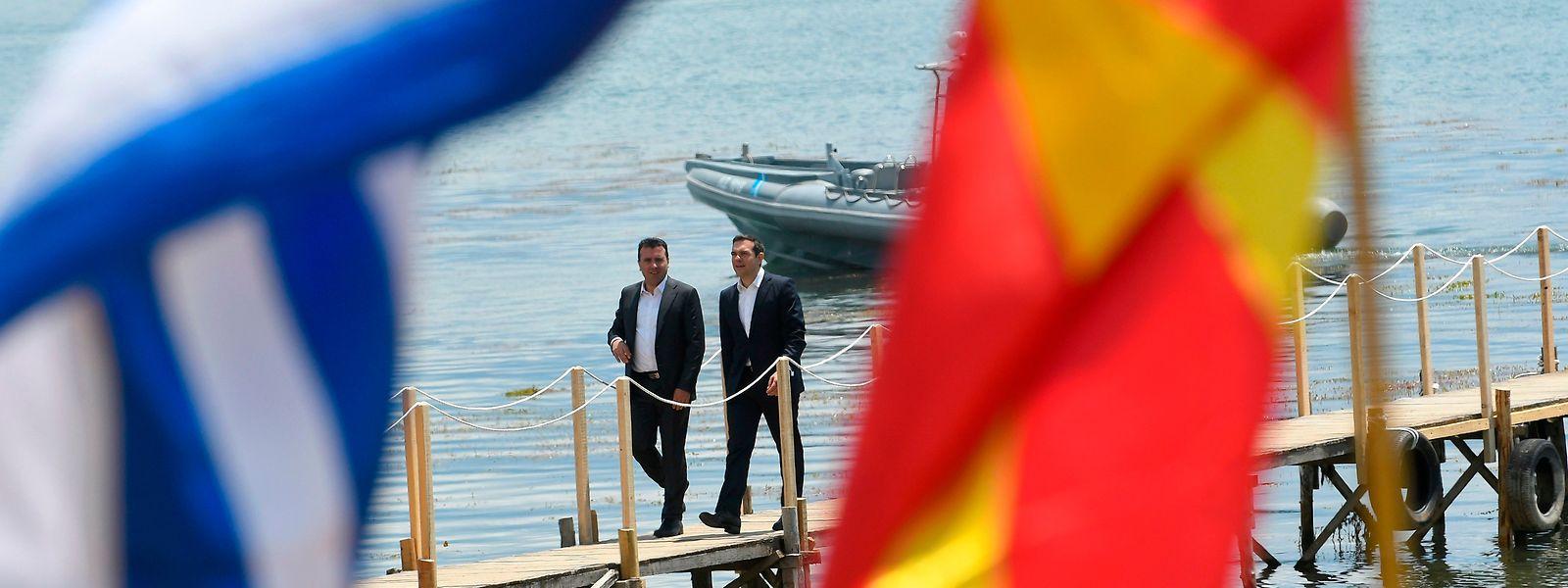 """Zaev und Tsipras beim historischen Treffen zur Beilegung des """"Namensstreits"""" am Prespasee."""