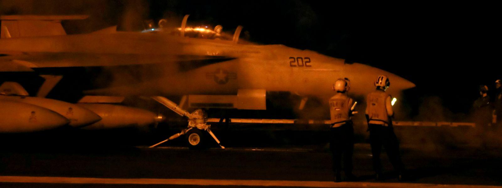 Ein F/A-18F Super Hornet Kampfflugzeug der Jolly Rogers von der Strike Fighter Squadron (VFA) 103 wird auf dem Flugdeck des Nimitz-Klasse Flugzeugträgers Abraham Lincoln zum Start vorbereitet.