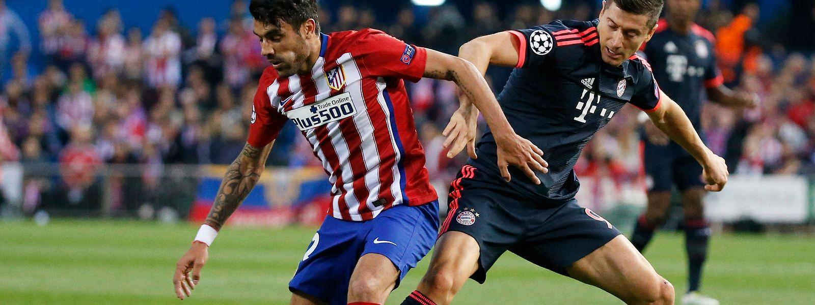 """Augusto Fernandez und die """"Rojiblancos"""" (l.) triumphierten im Hinspiel gegen die Bayern um Robert Lewandowski."""