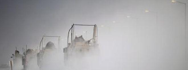 US-Truppenabzug: Schwere gepanzerte Fahrzeuge und Tieflader mit Panzern verlassen den Irak. Foto: Mario Tama