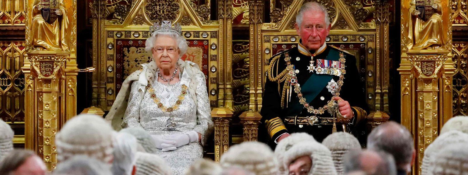 Queen Elizabeth II. und Prinz Charles nahmen am Montag auf dem Thron im britischen Oberhaus Platz.