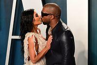 ARCHIV - 09.02.2020, USA, Los Angeles: US-Rapper Kanye West küsst seine Frau,  Reality-Star Kim Kardashian, auf dem roten Teppich der Vanity Fair Oscar Party am Rande der 92. Oscar-Verleihung. Sie machte das Private zu ihrer Bühne. Kaum jemand wurde durch Selbstdarstellung berühmter als Kim Kardashian. Am 21.10.2020 feiert Kardashian ihren 40. Geburtstag. Foto: Ian West/PA Wire/dpa +++ dpa-Bildfunk +++
