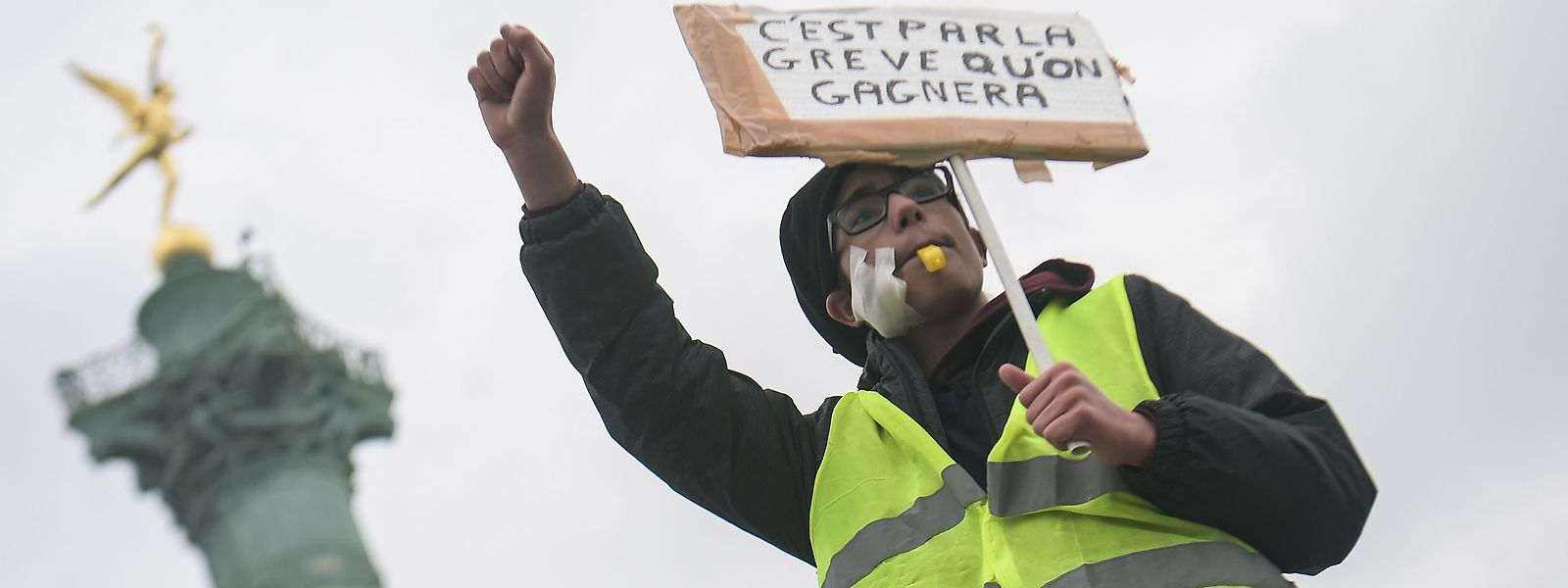 """""""Mit Streiks werden wir gewinnen!"""" proklamiert ein Demonstrant der """"Gilets Jaunes"""" in Paris."""