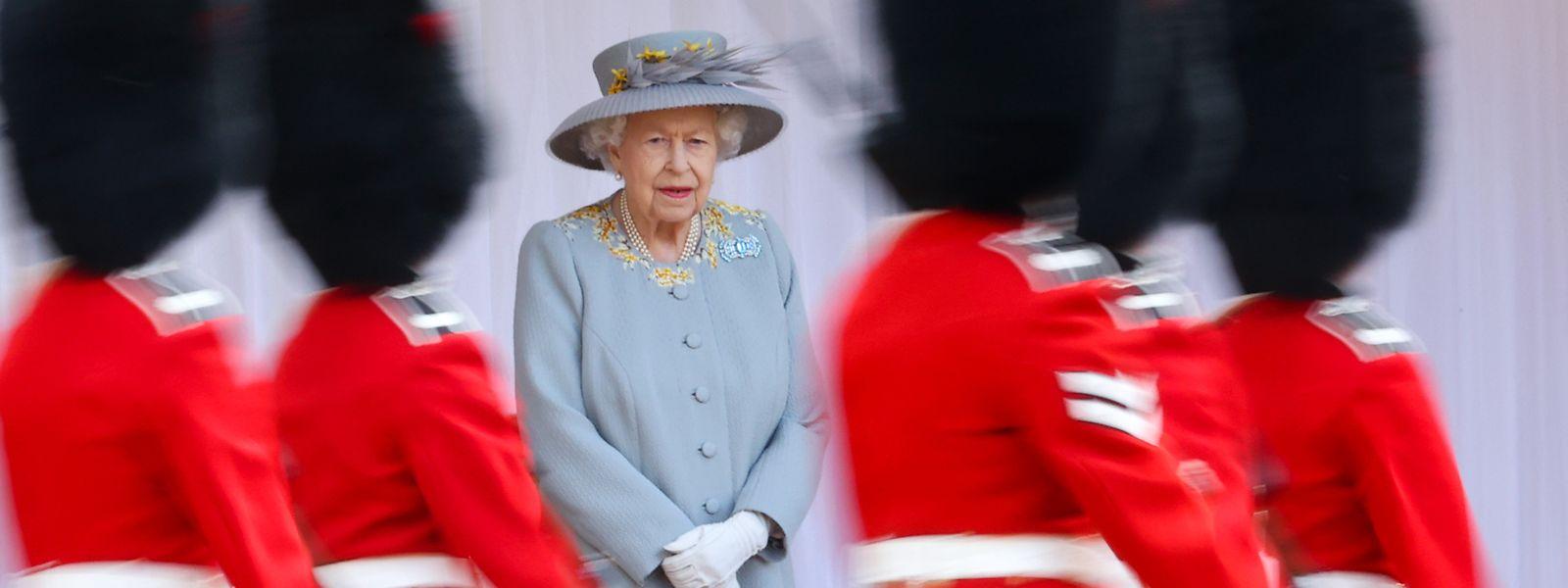 Königin Elizabeth II. von Großbritannien beobachtet die Parade zu ihrem offiziellen Geburtstag auf Schloss Windsor.