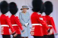 12.06.2021, Großbritannien, Windsor: Königin Elizabeth II. von Großbritannien beobachtet die Parade zu ihrem offiziellen Geburtstag auf Schloss Windsor. Die große jährliche Geburtstagsparade «Trooping the Colour» fällt zum zweiten Jahr infolge aufgrund der Pandemie aus. Stattdessen gibt es auf Schloss Windsor eine kleine Militärparade für die Queen. Foto: Chris Jackson/PA Wire/dpa +++ dpa-Bildfunk +++