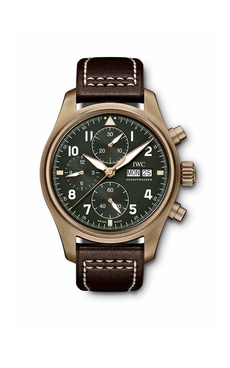 """Zu Ehren des britischen Jagdflugzeugs """"Spitfire"""" lanciert IWC eine neue Linie in der """"Pilot's Watches""""-Kollektion. Für die Optik stand das Instrumentendesign der Navigationsuhr """"Mark 11"""" Pate, die von 1948 an für die Royal Air Force gefertigt wurde. Dem Vintage-Trend entsprechend, sorgt eine Variante mit Bronzegehäuse und olivfarbenen Zifferblättern für den Retro-Touch. Die Pilot-Chronographen mit dem reduzierten Gehäusedurchmesser von 41 mm werden erstmals von einem hausintern entwickelten Uhrwerk der 69000er-Serie angetrieben. Eine Gravur der """"Spitfire"""" ziert die Gehäuserückseite."""