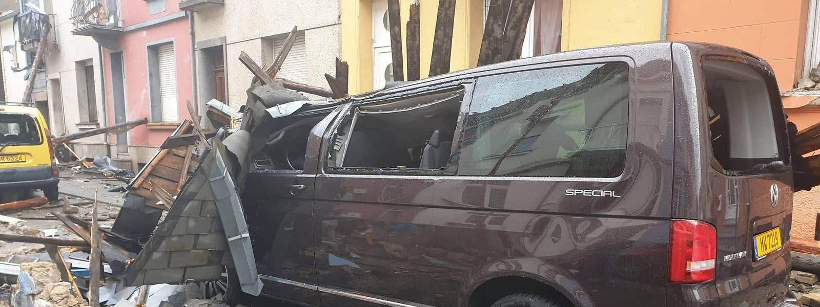 Zahlreiche Autos wurden von herabfallenden Trümmerteilen zerstört.