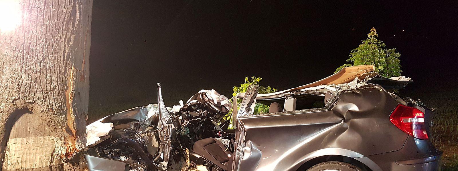 Der Fahrer war im Wagen eingeklemmt.