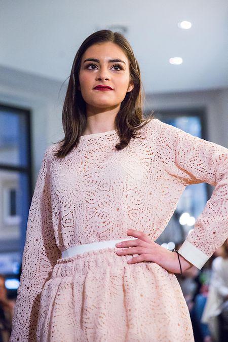 Ganz in Rosé wirkt der Look verspielter, aber durch die Details an Bund und Ärmeln nicht zu süß.