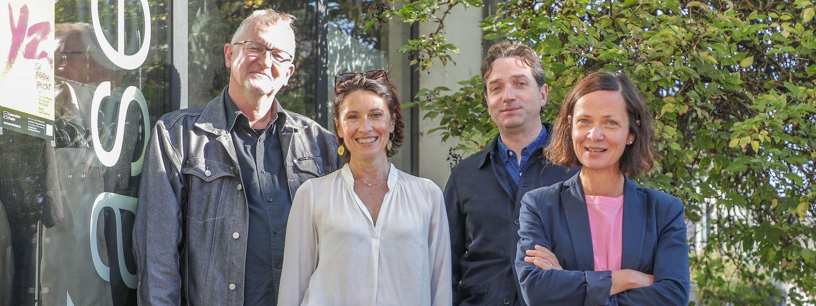 Lex Weyer (g.) et Marc Limpach, président et dramaturge du TOL, ont accueilli chez eux à Bonnevoie, le temps d'une conférence de presse commune, les directrices Véronique Fauconnet du TOL (g.) et Myriam Muller du Centaure.