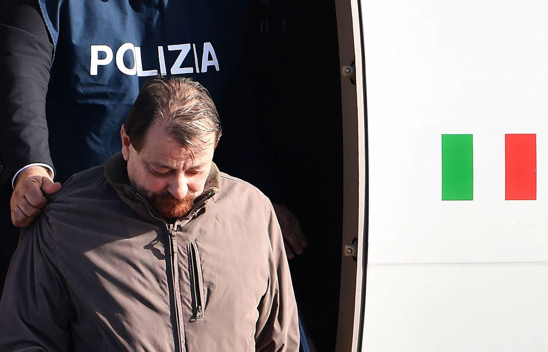 Cesare Battisti während seiner Auslieferung nach Italien.