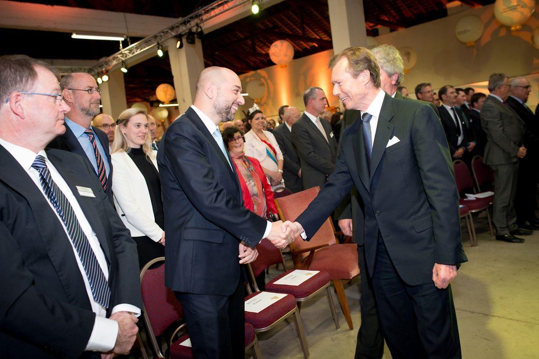 Großherzog Henri und Geschäftsmann Gérard Lopez begrüßen einander.