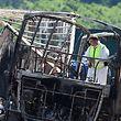 Nach dem Unglück wird im Buswrack nach der Ursache gesucht.