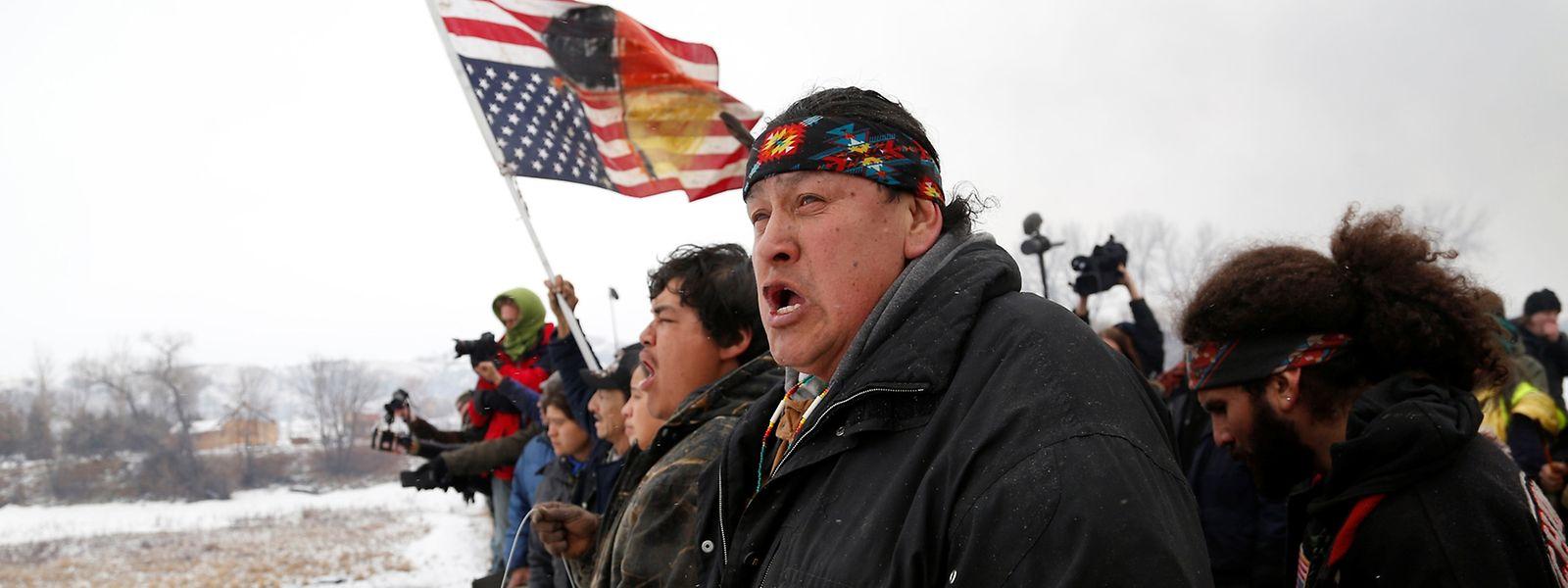 Raymond Kingfisher vom Stamm der Northern Cheyenne bei einer Demonstration am Tag der Räumung.