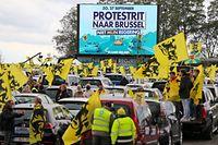27.09.2020, Belgien, Br¸ssel: Demonstranten halten zwischen ihren Autos fl‰mische Flaggen w‰hrend eines Protestes der rechtspopulistischen Regionalpartei Vlaams Belang gegen die Regierung. Foto: Nicolas Maeterlinck/BELGA/dpa +++ dpa-Bildfunk +++