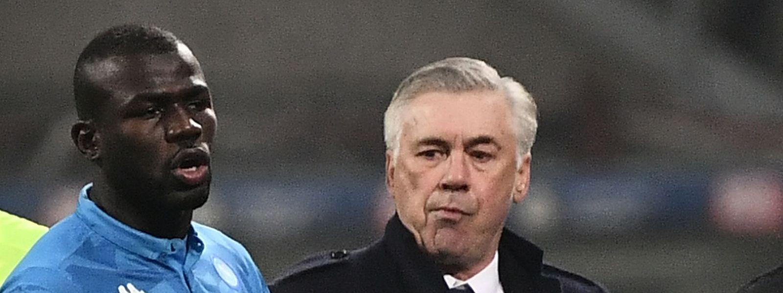 Kalidou Koulibaly (l.) flog in der 81.' nach einer Roten Karte vom Platz. Sein Trainer Carlo Ancelotti nahm den Spieler in Schutz.