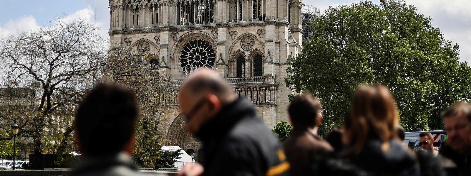 Touristen vor der Kathedrale Notre-Dame in Paris.