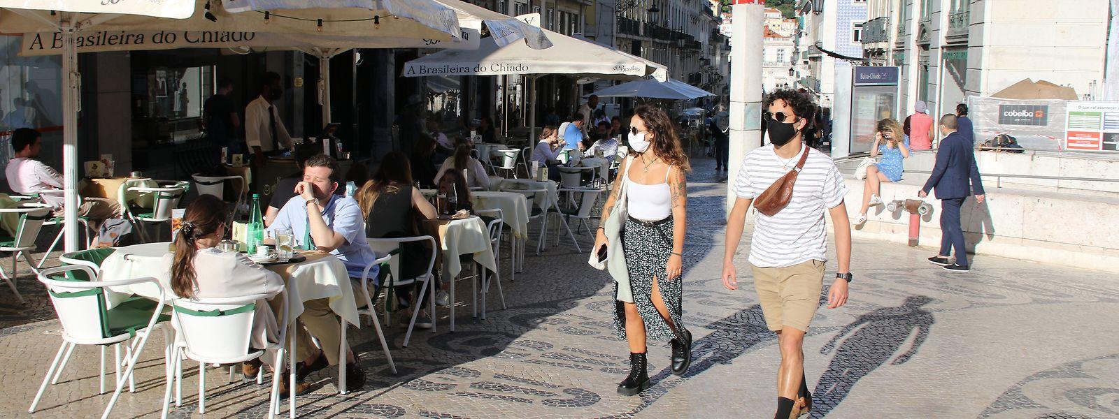 Langsam füllen sich Lissabons Straßen wieder. Die Cafés und Restaurants freuen sich auf die Besucher – und die dürften bald kommen, nachdem die portugiesische Regierung kürzlich die Einreisebeschränkungen gelockert hat.