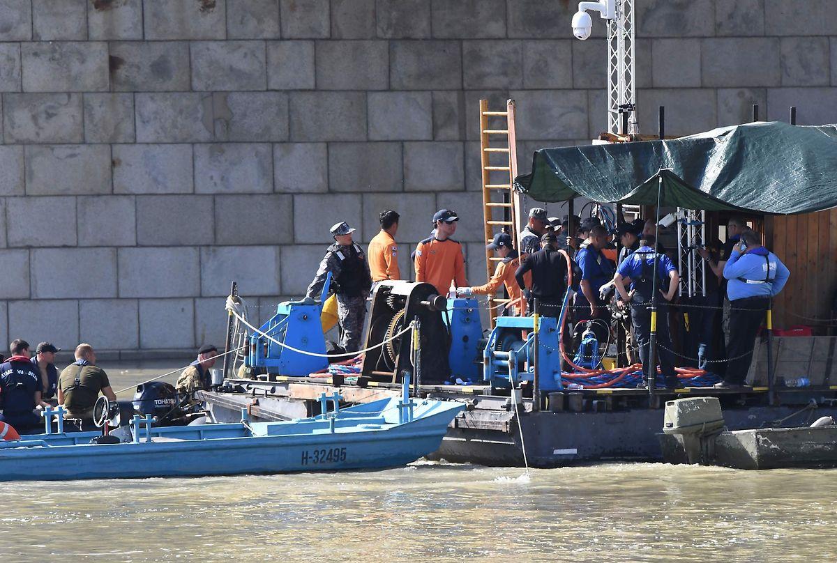 Bootsunglück in Budapest: Die Rettungskräfte auf der Donau suchen weiter nach Vermissten.