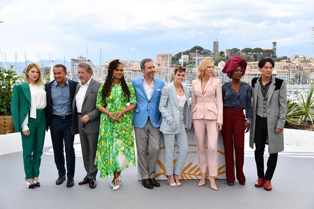 Le jury du festival de Cannes de gauche à droite: Léa Seydoux, Andrey Zvyagintsev, Robert Guediguian, Ava DuVernay, Denis Villeneuve, Kristen Stewart, Cate Blanchett, Khadja Nin, Chang Chen.