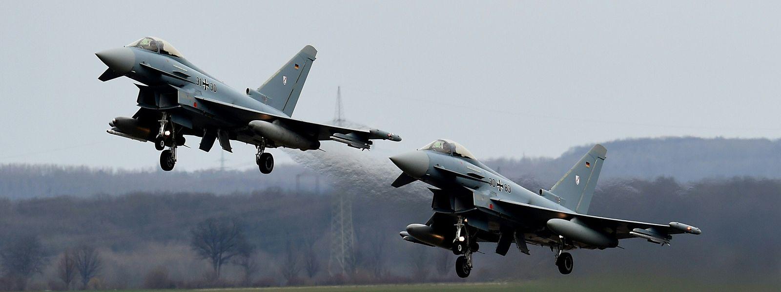 """Beispielfoto: Zwei """"Eurofighter""""-Flugzeuge der deutschen Luftwaffe sind nach einem Zusammenprall in einem Waldgebiet abgestürzt."""