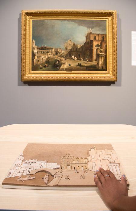 """Liebe und Zuneigung kann kunsthistorisch so unterschiedlich gezeigt werden: ob so frivol-liebesnärrisch wie in Pesnes """"Gustav Adolf Graf von Gotter und seine Nichte Friederike von Wangenheim"""" (l., um 1750) oder so als fast keusches """"Liebespaar"""" von Epp (r., 1868). Um selbst sehbeeinträchtigten Besuchern Kunsteindrücke zu vermitteln, hilft ein weiteres Tastmodell. Das Museum hat in den letzten Jahren mehrere in Auftrag gegeben: Das um Canalettos """"Der Canal Grande von Campo San Vio aus gesehen"""" ist das jüngste."""