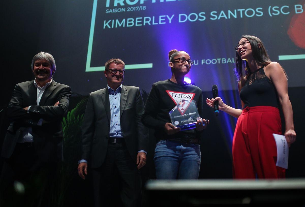 Kimberley Dos Santos (SC Bettembourg) émue de recevoir son trophée.