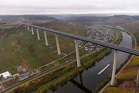 13.11.2019, Rheinland-Pfalz, Zeltingen-Rachtig: Die Luftaufnahme mit einer Drohne zeigt die Hochmoselbrücke, die das Moseltal in einer Höhe von 160 Metern auf einer Länge von 1700 Metern überspannt. Das Bauwerk wird am 21.11. für den Verkehr freigegeben. Foto: Thomas Frey/dpa +++ dpa-Bildfunk +++