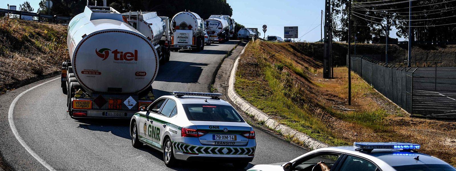 Pour ce premier jour de grève, les chauffeurs de camion-citerne ont été escortés par la police pour sécuriser la fourniture des stations essence du pays.