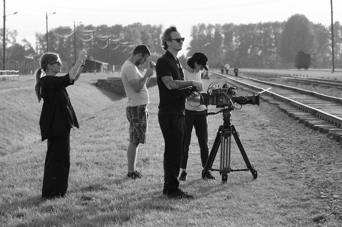 Protagonist und Zeitzeuge Claude Marx als Beobachter der Dreharbeiten: Filmemacher-Duo Karolina Markiewicz (l.) und Pascal Piron (2.v.r.) mit Kamerafrau Amandine Klee (r.).